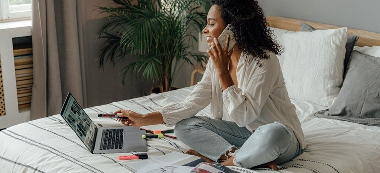 a woman helping you to manage your moving expenses